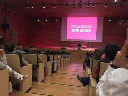 Toni Moog y OKSofás en escena